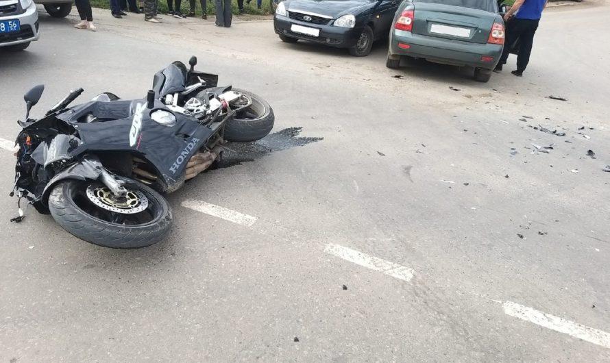 В Бугуруслане столкнулись два автомобиля и мотоцикл