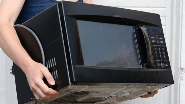 В Бугуруслане арендодатель похитила у квартирантки микроволновку и телевизор
