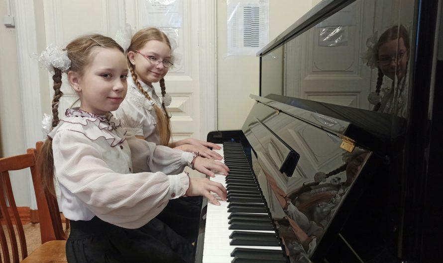 В двух школах Бугуруслана появились новые пианино «Михаил Глинка М-3»